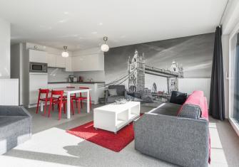 Moderne en lichtrijke leefruimte met zonnig terras
